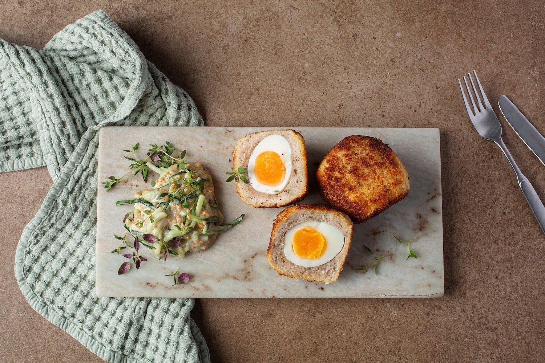 kiekulaiset kananmunat ja pikkelöity kurkkusalaatti